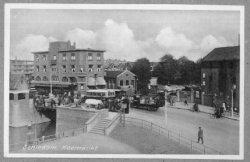 Op de voorgrond de Koemarkt- brug met daarachter Café Restaurant de Kroon, gezien vanuit de Gerrit Verboonstraat. Rechts de Politiepost aan de           Buitenhavenweg.