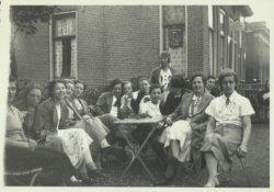 Groepsfoto van leden van de Christelijke Gymnastiekvereniging DOK ('Door Oefening Kracht') bij een café annex overzetveer over de Schie aan de Kethelsekade in het buurtschap           De Kandelaar.