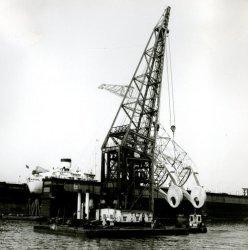 Transport van vlucht voor 40 tons wipkraan in Wiltonhaven naast dok 4 door bok Titan. (kraan no 41 / 349)