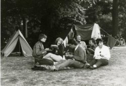 Op 11, 12 en 13 juni 1982 wordt op camping Duinrel in Wassenaar het 3e klas weekeinde voor 3 Atheneum van Scholengemeenschap Spieringshoek gehouden. Op de foto het           begeleidende personeel van de school. V.l.n.r.: M.A.van Eck, M.E.M.Pelt-Kleinherenbrink, A.K.de Vries, E.W. Boon, R.G.Visser, B.C.L. Ackema-Ronke.