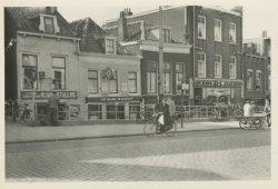 Broersvest 37 tot en met 45 met het oude, verdiepte gedeelte (de oorspronkelijke hoogte) van de straat met links de rijwielstalling van Stokhof en daarnaast Café de           Bushalte. In de jaren 1970 - 1985 volgde sloop en nieuwbouw.