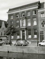 Het 18e eeuws herenhuis waarin later het Jeugdhuis van de Nederlandse Protestanten Bond was gevestigd. Ook is het een tijdlang kantoor geweest van Het Parool en was er de           Muziekschool in gevestigd. Tussen augustus 1940 en september 1946 was hier het Stedelijk Gymnasium ondergebracht nadat het eigen gebouw aan de Lange Nieuwstraat gevorderd was door de           Duitsers. Hier staat het enigszins vervallen te koop.