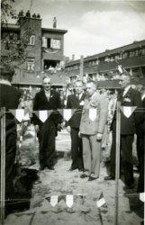 Feestelijkheden rondom het planten van een vrijheidsboom op het Newtonplein in mei 1945 door de buurtvereniging Newton. Links K. Bosch, direct na de bevrijding benoemd tot           waarnemend burgemeester, tweede van rechts de heer Mulder van de buurtvereniging.
