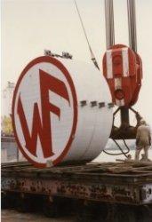 Wilton-Fijenoord. Contragewicht kraan 6 gereed voor plaatsing op vlucht. Hijsblok van Stanislav Udin.