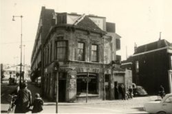 Het café van J.C.M. Janse op de hoek van de Buitenhavenweg en de Rotterdamsedijk. J.C.M. Janse was van 1930 tot 1963 café-eigenaar.In 1963 verkocht de toen 65-jarige Janse           zijn bedrijf aan de firma Henkes. Tegenwoordig heet het pand café 't Sterretje.