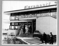 De Commissaris der Koningin van Zuid-Holland, mr. J. Klaassesz bezoekt Schiedam op 9 juni 1959. Ze bezoeken ook restaurant Europoort.