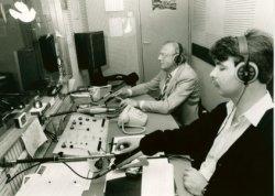 In de studio van Radio Omroep Schiedam. De achterste man is W. Groeneweg.