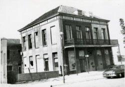 Het vroeger Café Maas in het pand Hoofdstraat no.1 op de hoek van het Hoofdplein. Oorspronkelijk zou dit pand worden afgebroken, dit is echter niet doorgegaan daar het           aangekocht werd door de I.P.C. Deze firma heeft het pand opgeknapt en in gebruik genomen als kantoor en woonhuis.