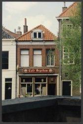 Sinds 1845 zit er al horeca aan de Oude Sluis nr. 17, naast het Zakkendraggershuis. Hier kwamen vroeger de zakkerdragers hun verdiende loon opdrinken. Begin 1989 kwam Café           Scyedam erin en vanaf 2002 Café Sjiek.