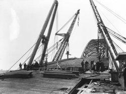 In opdracht van Rijkswaterstaat bouwde Gusto Staalbouw een basculebrug (Bnr. 748) over rivier de Noord tussen Hendik Ido Ambacht en Alblasserdam. De montage werd gedaan door           onderaannemer Bijker's Aannemingsbedrijf N.V. te Rotterdam. Het bouwen van de brug was onderdeel van het Rijkswegenplan uit 1927, uiteindelijk zou de brug geopend worden in november 1939.           Tegenwoordig fungeert de brug als oeververbinding voor lokaal verkeer en transport van gevaarlijke stoffen (N915). Fotonummer in het E-depot: 0386-486-001