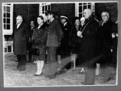 In december 1966 bezoeken prinses Margriet en Schiedammer mr. Pieter van Vollenhoven de stad Schiedam. Hier kijken en luisteren de prinses en haar gevolg (met genodigden en           gastheren) op het plein voor het Stedelijk Museum Schiedam naar dans en muziek van een groep schoolkinderen. V.l.n.r. mr. JJ. Klaassesz-CdK, wethouder P. van Bochove, prinses Margriet,           Pieter van Vollenhoven, een adjudant, mevr. Klaassesz, mevr. Roelfsema-Poelstra, burgemeester Harm Roelfsema en wethouder M.J.M. van Kinderen.