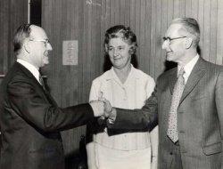 De heer Putters is 50 jaar in dienst van de Firma Wine Spirits. Hier neemt hij de felicitaties in ontvangst van zijn directeur, de heer A.v.d.Poel (links). In het midden           staat mevrouw Putters. Wine Spirits was ontstaan door samenvoeging van de bedrijven A. Daalmeijer, De Graauwe Hengst, De Hollandsche Wijnhandel Maatschappij en Ruttens Distillery. Wine           Spirits is op 30 juni 1972 vertrokken uit Schiedam na een fusie met Henkes in Hendrik Ido Ambacht.