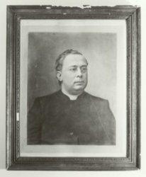 Foto van een geschilderd portret van pastoor G.M. Dirken, pastoor van de Jacobuskerk in Kethel tussen 1908 en 1918.