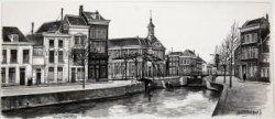 Gezicht op het gedeelte van de Lange Haven met links op de hoek het pand van drukkerij Roelants, rechts daarvan de Korte Havenbrug, vervolgens de Beurs, rechts de molen De           Vrijheid en geheel rechts het voormalige woonhuis van Francois Haverschmidt.