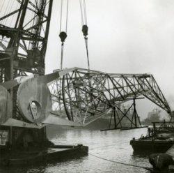 Transport van vlucht voor 40 tons wipkraan in Wiltonhaven door bok Titan. (kraan no 41 / 349)