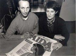 Obbe de Roos (links) en Ida Boas (rechts) met de voorpagina van de krant 'Opera Ahoy', met op de voorpagina de promotie voor de Opera Äida. Obbe en Ida zingen beiden mee in           het koor van deze voorstellingen.