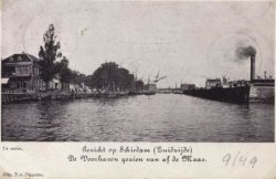 Links een deel van het Hoofdplein met café 'De Maas', rechts daarvan de Hoofdstraat, in het midden de Voorhaven en rechts daarvan de Voorhavenkade met de           Stearinekaarsenfabriek 'Apollo', alles gezien vanaf de Nieuwe Maas.