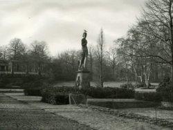 Het oorlogsherinneringsbeeld van de beeldhouwer Pieter Starreveld in het Julianapark. Dit beeld was jarenlang een bron van ergernis voor preutse Schiedammers (o.l.v.           burgemeester J.W. Peek) en werd aanvankelijk niet als oorlogsmonument aanvaard. Later werd het beeld alsnog geaccepteerd. Voor de gehele geschiedenis, zie het boek Schaduwen over Schiedam,           deel 1.