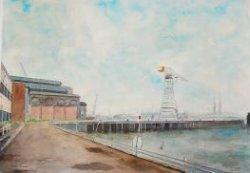 Gezicht op een pier met kraan bij de werf Gusto, met links een gedeelte van de grote fabriekshal.