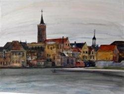 Gezicht op de achterzijde van de huizen in de Boterstraat aan de Schie. Links van het midden de toren van de Grote- of Sint Janskerk en rechts het torentje van het stadhuis.           Geheel rechts een gedeelte van het Doeleplein.