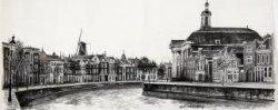 Gezicht op de Lange Haven met boven de bebouwing uitstekend de molen De Walvisch en het torentje van de kerk van de Nederlandse Protestantenbond en rechts de           Havenkerk.