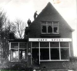 Sloop van Café Sport aan de Schiedamseweg 270 in Nieuwland, eind 1961 of het jaar 1962. Dit uiterlijk met puntgevel had het café sinds 1november 1930. (Toen gerestaureerd           heropend op 8 november 1930.)