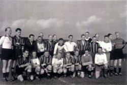 Politie voetbalelftal S.P.V.S. na een wedstrijd tegen APGS (Amsterdamse politie). Het Schiedamse elftal speelt in de witte shirts. Op de bovenste rij staan van links naar           rechts (alleen van de namen van het Schiedamse elftal zijn bekend): G. Fransen, N.N., N.N., G. Doorlag, G. van Toorn, N.N., N.N., T. Loomans, J. van Duyl, N.N., K. Rijpma, N.N., B. Nouwt,           J. van Raaij, N.N. en J. Timmerman. Op de voorste rij van links naar rechts: N.N., G. Mulder, N.N., C. Verkaik, N.N., N.N., N.N., en C. Romein. Namenlijst en nummering van personen ook           aanwezig in de map aan de balie in de studiezaal.
