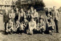Groepsfoto van de A 1 van Excelsior '20 op 21 mei 1949, de dag waarop de kampioenswedstrijd van de afdeling Rotterdam junioren wordt gespeeld. Excelsior '20 verliest met 3-0           van Feijenoord A 1. Van links naar rechts zijn staand te zien: A.J. Stegman, T. Kreischer, J. Lakwijk, C. Rodenrijs, H. Ruigrok, Th. Vink, C. Lakwijk, M. Bokhorst en Hersbach. Op de voorste           rij zitten: F. de Leede, Th. Stavenuiter, H. de Groot, Joh. Dupuis, Jan Weber, H. Clarijs (achter Jan Weber) J.M.J. van der Valk (achter C. van Lingen) en C. van Lingen.