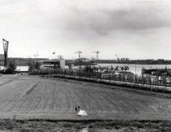 Gezien vanaf de bouwplaats aan de Havendijk in de richting van Cafe Restaurant Europoort. Rechts de Jachthavenlaan met de nieuwe jachthaven. Op de achtergrond met de           bedrijven aan de Eemhaven.