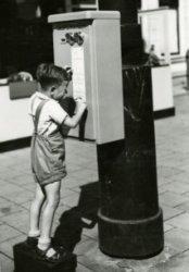 De GTB bracht op verschillende punten in de stad automaten aan die tegen inworp van geld gaspenningen leverden. Ze werden spaarpotjes van de gemeente genoemd, daar ze wel           dubbeltjes slikten maar geen penningen leverden. Na reparatie deden ze verder trouw hun plicht. Foto voor café
