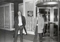 Leden van het bestuur van de Verenigde Winkeliers na een avond uit. Tweede van links is horeca-ondernemer Jan Crama, eigenaar van restaurant De Klok aan de Willem           Brouwerstraat hoek Hoofdstraat. De andere namen zijn niet bekend.