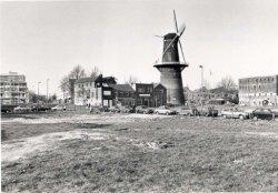Op dit grasveld wordt een tijdelijke parkeerplaats aangelegd. Rechts staat restaurant De Mouterij, links Molen De Noord, met 33 meter de hoogste molen ter wereld. In de           molen is een restaurant gevestigd.