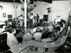 Het optreden van een bandje in café Quibus op de Lange Haven.