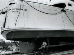 De achtersteven met toegangsdeur tot de autodekken van de veerboot 'Free Enterprise III' (Co. 538) met een van de aandrijfassen aan stuurboord, vlak voor de tewaterlating op           14 mei 1966.
