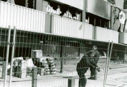 Na de brand op 22 maart 1995 bij Radio Modern aan de Nieuwpoortweg werd de omgeving afgezet en ging de verkoop gewoon door vanuit de opslagruimte.