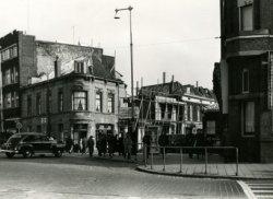 Links de zuidzijde van de Rotterdamsedijk op de hoek van de Buitenhavenweg met het gezicht op Café