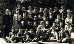 De 6e klas van de St.Thomasschool aan de Warande 150 in schooljaar 1955/56. Links broeder Cordulus (Th.J.Bloem), schoolhoofd van 1953 tot 1960. Voor naamlijst met nummering,           vraag de studiezaalmedewerker naar de map 'detailgegevens Skopeo'.