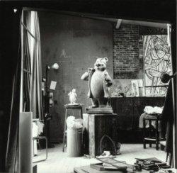 Het beeld van Olivier B. Bommel in het atelier van kunstenaar André Henderickx aan de Oude Sluis. Links het schaalmodel.