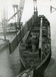 Bij de Werf Gusto werd een deel van de nieuwe Rijnbrug (Bnr. 924) in Arnhem gebouwd. Op deze foto is het transport van enkele segmenten te zien.