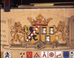 De leden van de vroedschap, het 24 leden tellend algemeen bestuur van de stad, benoemde de landsheer voor het leven. Detail van de kaart met daarop de de wapens van de           vroedschapsleden vanaf 1528.