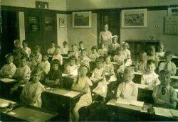 De 2e klas van het schooljaar 1935 - 1936 van de Dr. J.Th.de Visserschool aan de West Frankelandsestraat 152, met juffrouw P.F.Pluijm. Naamlijst en nummering van personen in           de map aan de balie in de studiezaal.