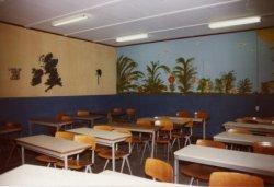 In januari 1973 wordt op het eigen terrein van sg Spieringshoek een houten noodgebouw gebouwd. Het in 1970 geopende gebouw is dan al weer te klein. In het werkweekeinde van           5 en 6 november 1982 krijgen de wanden lokaal 57 in deze noodbouw een beschildering naar een idee van leerlingen en de betreffende docent van dit lokaal. Dit noodgebouw zou in 1987 worden           gesloopt.