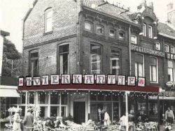 Café- Restaurant 't Vierkantje op de hoek van de Broersvest. (de foto is afkomstig uit het dossier met aanvrage voor de naam boven het cafe.