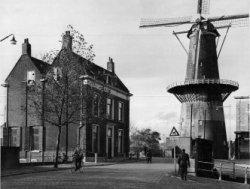 Het kruispunt van de Westvest met Korte Haven, Vellevest en Vlaardingerdijk. Rechts molen de Drie Koornbloemen met rechts daarvan hotel-café- restaurant Beijersbergen. Het           dubbele huis staat aan de Westvest op no. 39. Het werd gesloopt in november 1957.