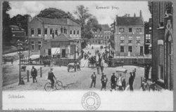 Op de voorgrond de Koemarkt, daarachter de Koemarktbrug over de Lange Haven en de Gerrit Verboonstraat . Rechts Cafe de