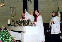 Tijdens de viering van het eeuwfeest van de St. Jacobuskerk in 1990. Links achter het altaar pastor Th. Kool, in het midden Mgr. Philippe Bär, bisschop van Rotterdam, rechts           van hem C.A. Veltman, pastor.