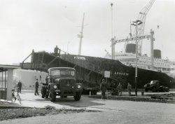 Transport bovenloopkraan voor de G hal. Op de achtergrond in dok 7 MS Willem Ruys