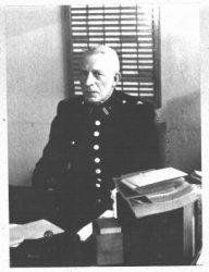 Johan H. van Veen, inspecteur van Politie te Schiedam van 1914 tot 1931, directeur van de Gemeentelijke Arbeidsbeurs te Schiedam van 1931 tot opheffing van de beurs op           1-5-1941; hoofdinspecteur van Politie. Op 5 mei 1945 waarnemend en van 1-9-1946 commissaris van Politie tot zijn pensioen op 28-6-1952. Overleden 19 maart 1958.