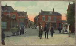 De Hoogstraat gezien vanaf het Koemarktplein. Links achter de bakkerswagen de winkel van Leenmans, de vruchten- en wijnhandel. Rechts cafe