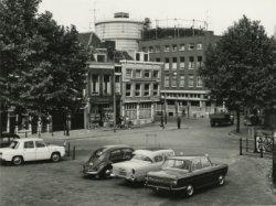 De Hoofdstraat bij de kruising met de Willem Brouwerstraat, gezien vanuit het brugwachtershuisje bij de Buitensluis. Op de achtergrond, deels achter de rechterboom,           restaurant